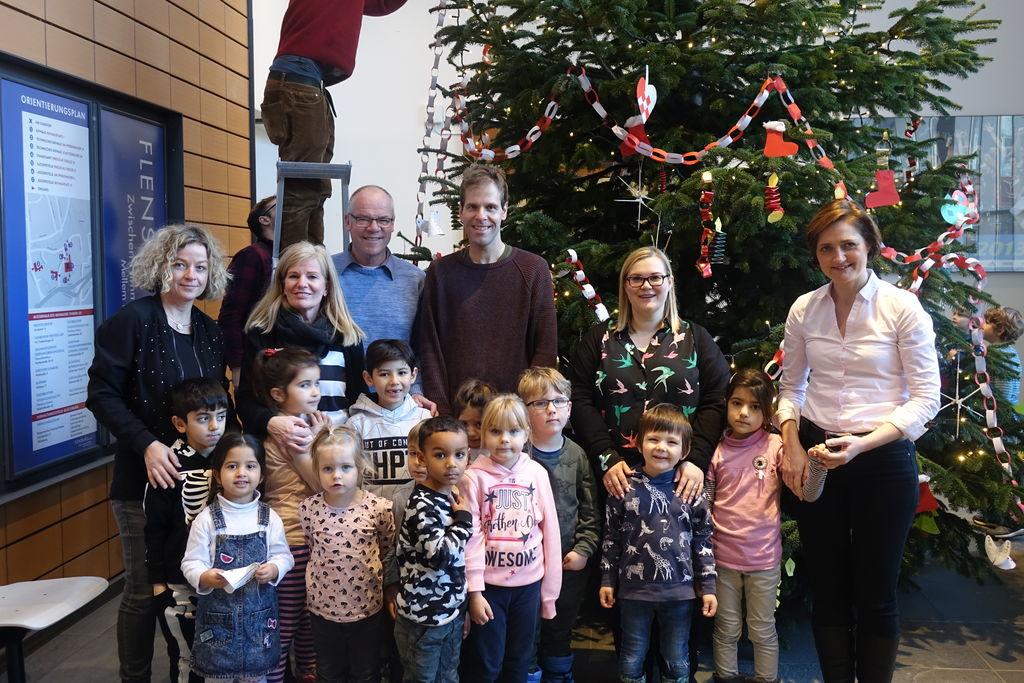 Deutscher Weihnachtsbaum.Kinder Aus Deutscher Und Dänischer Kita Schmücken Weihnachtsbaum Im